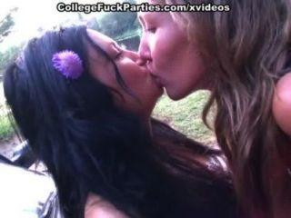 लड़कियों नग्न जाओ और गर्म कॉलेज की लड़कियों सेक्स आउटडोर शो