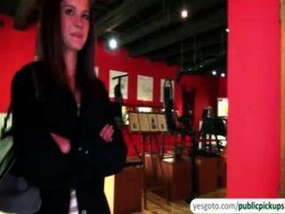 सुंदर केली नकदी के आदान प्रदान में संग्रहालय में स्तन और गधे को उजागर करता है