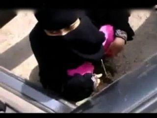 भारतीय मुस्लिम महिला खुली जगह में pissing