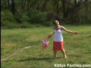 मासूम किशोरों की किट्टी उसकी पतंग उड़ाने