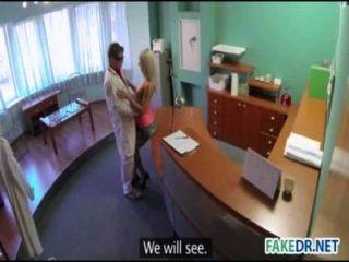 लिंग के साथ एक गर्म गोरा पर पैदाइशी निशान परीक्षा