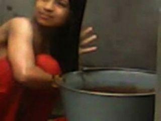 देसी कॉलेज गर्ल स्नान करते समय टॉपलेस कब्जा कर लिया