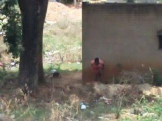 देसी औरत उसके घर के पीछे pissing