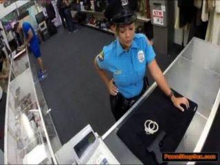 पुलिस अधिकारी के प्यादे उसकी बंदूक और गड़बड़ है