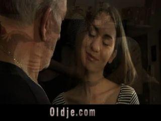 बूढ़े आदमी गुदा एक किशोर सेक्सी कुतिया fucks