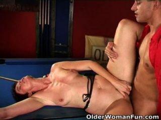 अत्यधिक sexed माँ उसके चेहरे पर cumshot हो जाता है