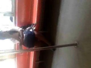 श्रीलंकाई महिला दिखा ट्रेन लड़की लंका पैर