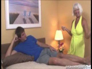 दादी युवा आदमी को मरोड़ते