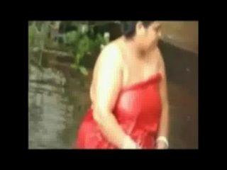 छिपे हुए कैमरे से तालाब में स्नान खुला फैटी महिला