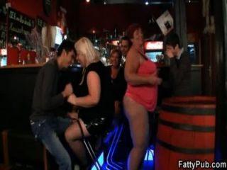 तीन फैटी गंदा सेक्स पार्टी में शामिल