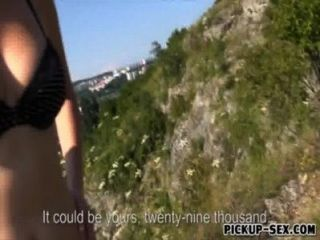 पुरुष सार्वजनिक में कमबख्त के लिए एक यूरोपीय लड़की को पैसे की पेशकश की