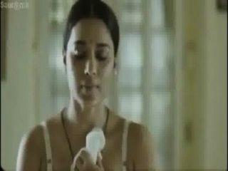 उसके चाचा के सामने हॉट बंगाली अभिनेत्री पोशाक परिवर्तन