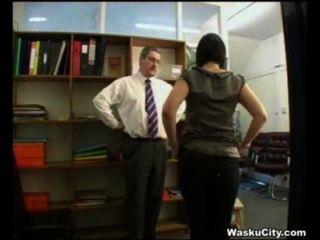 ब्रिटिश लड़की (thieving महिला बॉस द्वारा spanked हो जाता है)