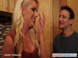 सेक्सी Blondie चेरी मॉर्गन मौखिक सेक्स देता है