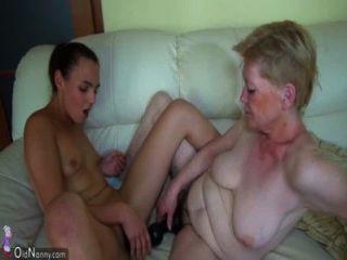 युवा लड़की और उसे dildo के साथ पुराने दादी Masturbating
