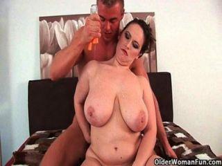 तैयार माताओं को अपने स्तन और चेहरे पर सह प्यार