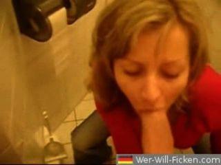 जर्मन जोड़ी blowjob और सार्वजनिक बाथरूम में बकवास