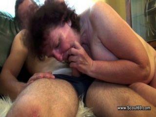 बालों माँ एक कंडोम के बिना कदम बेटे के साथ fucks