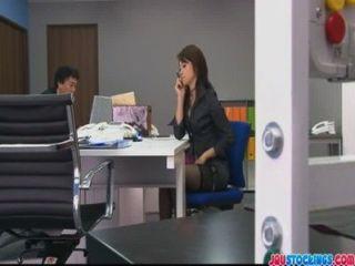 Hojo एक कार्यालय बैठक के दौरान उसे बिल्ली कर रही