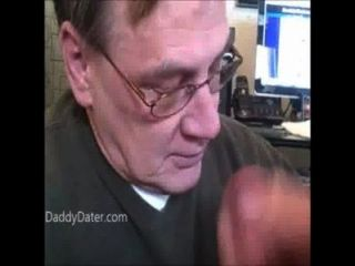 डेन्चर के साथ पुराने दादा बेकार है मुर्गा उसके सह निगल