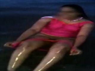 समुद्र तट पर भारतीय माँ