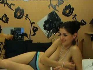 सेक्सी प्रेमिका कैम पर उसके विशाल प्राकृतिक स्तनों से पता चलता है