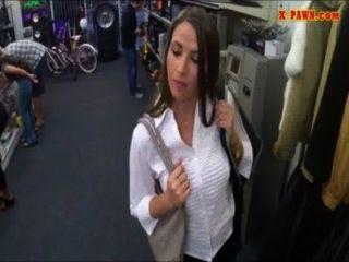 शौकिया कार्यालय के अंदर pawnshop कीपर द्वारा बढ़ा लड़की
