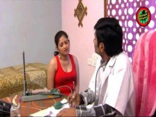 घर उल्लू सांस और गधे को हरा में महिला के साथ भारतीय डॉक्टर गर्म रोमांस