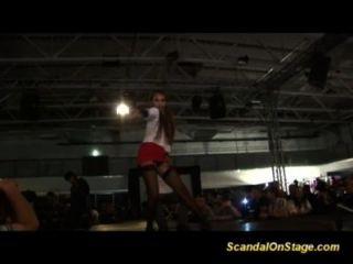 एक निजी व्यक्ति के साथ मंच पर बीडीएसएम कांड