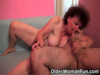 मोटा दादी उसके मुंह और बिल्ली में अपने मुर्गा भी आनंद मिलता है