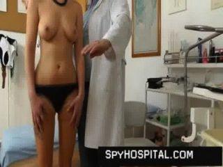 सुंदर लड़की बिल्ली डॉक्टर छिपे हुए कैमरे पर पकड़ा