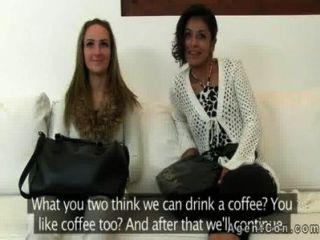 नकली एजेंट दो शौकिया लड़कियां से blowjob हो जाता है