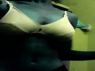 तमिल लड़की के कपड़े बदलें