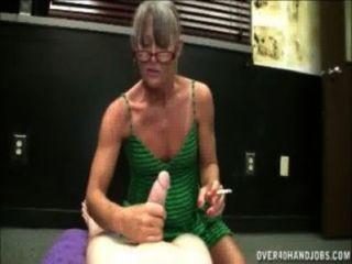 धूम्रपान नानी Handjob