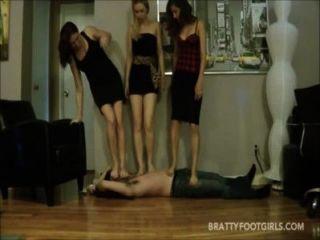 3 लड़कियों को रौंद का सामना