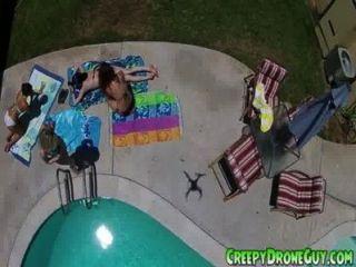 लड़कियों को एक ड्रोन पुरुष द्वारा फिल्माया जाता है