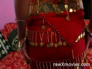 भारतीय सौंदर्य अश्लील कार्रवाई में हो जाता है