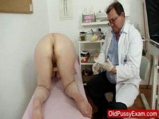 एक चिकित्सा परीक्षा के दौरान ऊनी Gramma एनीमा