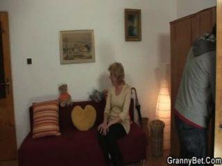 सुनहरे बालों वाली दादी अपने युवा मुर्गा पर कूदता