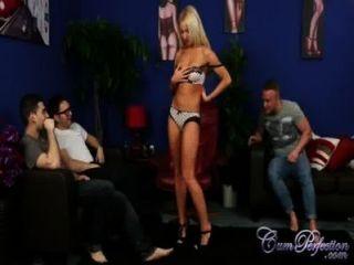 सेक्सी Kiara प्रभु एक बड़ा भार के लिए उसके आदमी Cuckolds