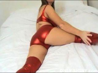केट चमकदार लाल पीवीसी पैंटी में चिढ़ा