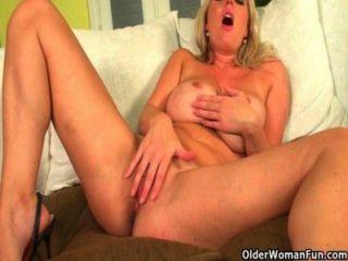 बड़े स्तन के साथ सुनहरे बालों वाली माताओं dildo कमबख्त प्यार