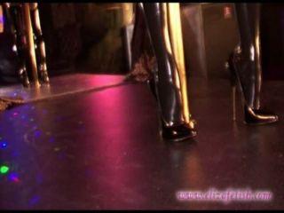 लेटेक्स स्टॉकिंग्स 6 इंच कटार उच्च ऊँची एड़ी के जूते में गोरा पहने