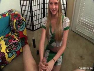 सुनहरे बालों वाली लड़की एक हाथ देता है