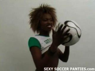 सुंदर अफ्रीकी फुटबॉल एक स्ट्रिपटीज़ कर रही बेब