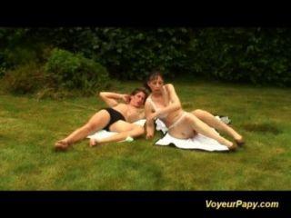 दृश्यरतिक Papy के साथ प्रकृति में नंगा नाच