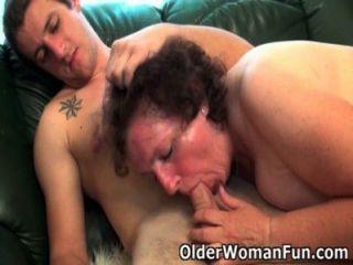 मोटा दादी सोफे पर drilled हो जाता है
