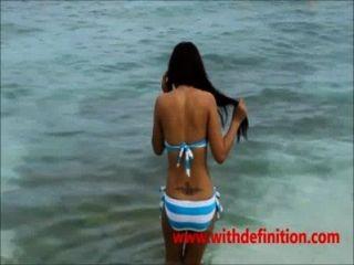 समुद्र तट पर एशियाई कुतिया - गर्म
