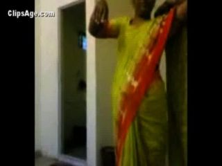 हरे रंग की साड़ी में चाची सेक्स से पहले उसके ग्राहक की उसे नग्नता सामने उजागर - भारतीय अश्लील वीडियो