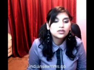 वेबकैम पर गर्म कॉलेज लड़की नग्न चला जाता है